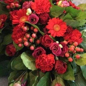 Rode bloemstukken